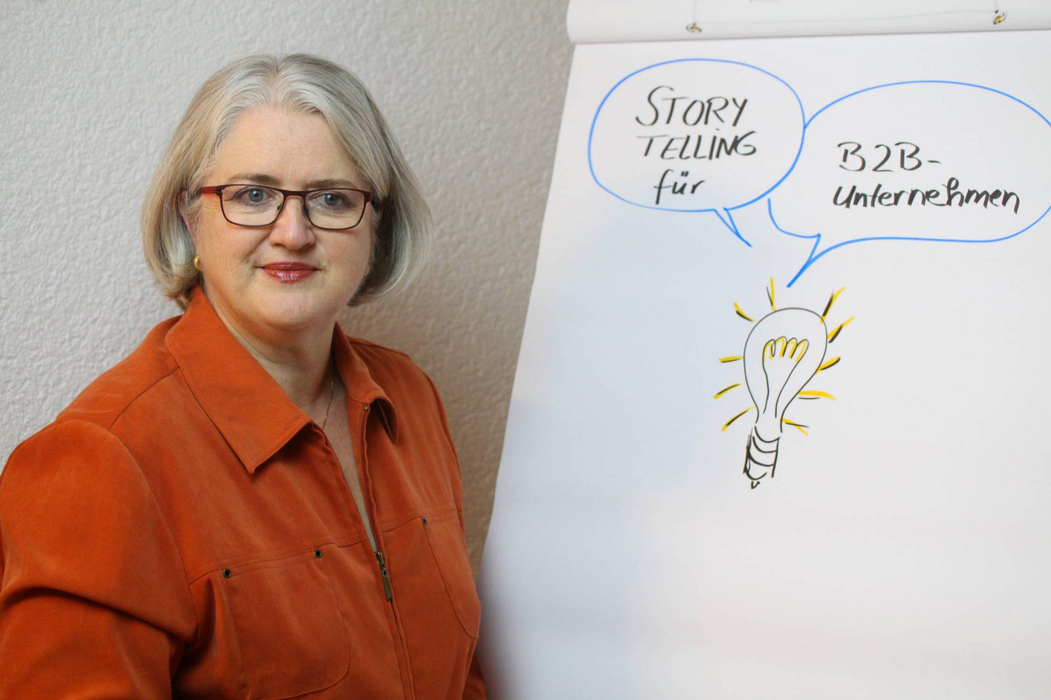 Foto: Manuela Seubert am Flipchart; Storytelling für B2B-Unternehmen