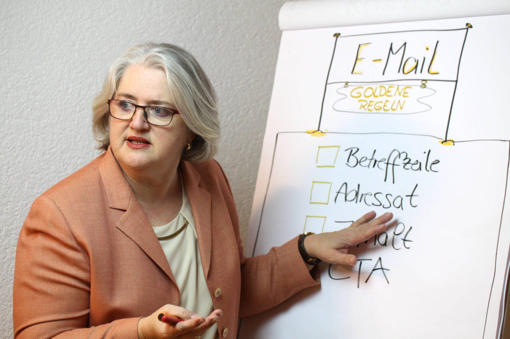 Foto: Manuela Seubert am Flipchart; Goldene Regeln für E-Mails