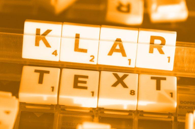 """Wort """"Klartext"""" gelegt aus Buchstabensteinen; Foto: (c) Manuela Seubert"""