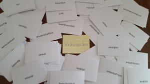 Foto: viele Eigenschaftswörter auf DIN-A8-Karten